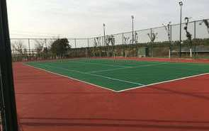 沥青层在网球场施工中处于什么样的位置