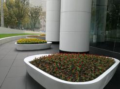 上海大厦多功能树池雕塑安装完成