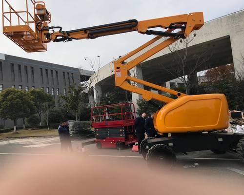 国内某机场的电动曲臂式升降平台交付使用