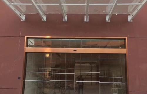 鋼結構雨棚及自動感應門