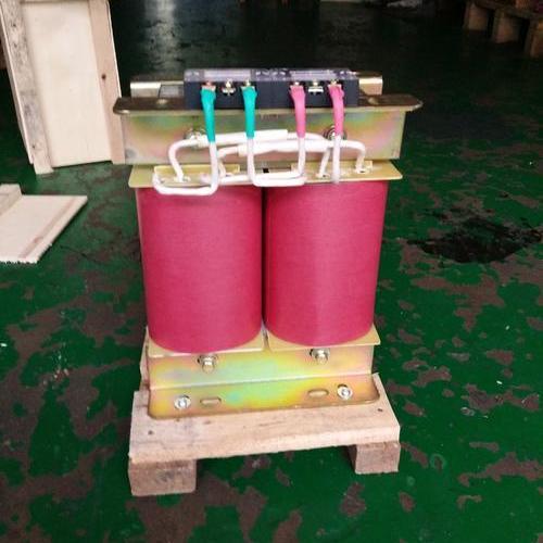 变压器由铁芯(或磁芯)工作原理
