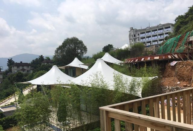 广西贺州温泉名扬在外,在温泉之中的集装箱帐篷酒店更是别具一格