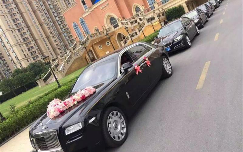 1辆劳斯莱斯幻影+5辆宝马5系车队婚车