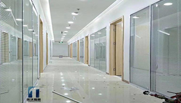 玻璃百叶隔断墙的结构特性及分析