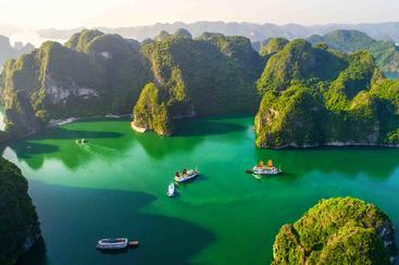 越南 龙湾浮渔村和岩岛 Longwan fishing village and rocky island Vietnam