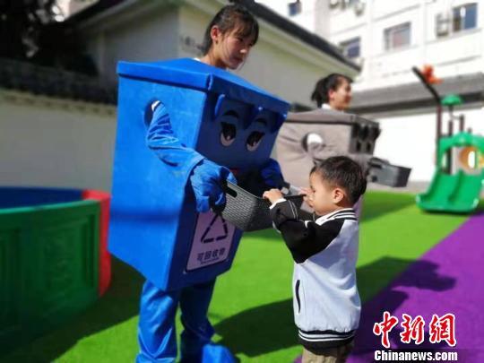 老师教授孩子们什么是可回收垃圾 苍雁 摄