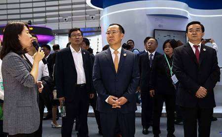 中央网信办副主任刘烈宏、浙江省副省长高兴夫参观 SAP 展台