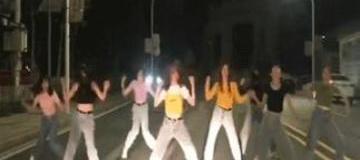 8个姑娘躺在机动车道上热舞,有3辆小车路过……