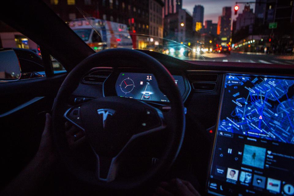 Tesla AutoPilot reportedly to soon have red-light auto-stop feature.