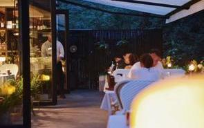 如何利用遮阳棚打造一个网红花园餐厅