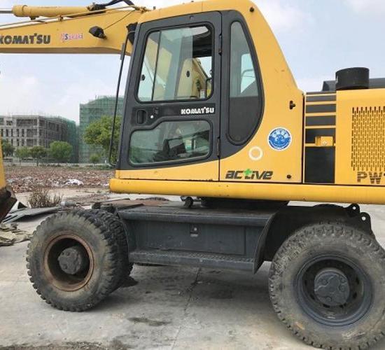 小松130轮胎式挖机
