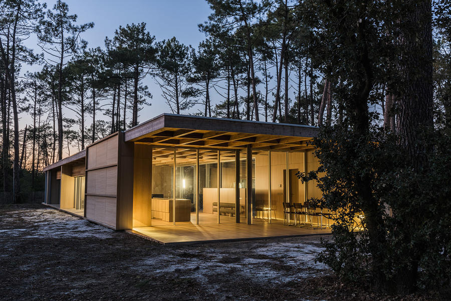 002-wooden-villa-at-soulac-sur-mer-by-nicolas-dahan.jpg