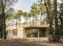 001-wooden-villa-at-soulac-sur-mer-by-nicolas-dahan.jpg