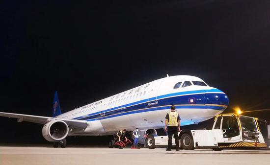 南航包机承运防疫物资从上海飞抵新疆。 南航供图