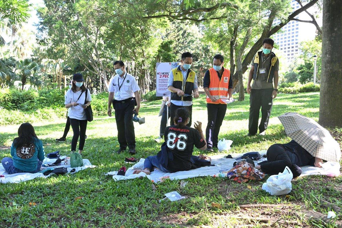 香港康乐及文化事务署人员在维多利亚公园巡查,呼吁市民遵守限聚令和佩戴口罩的规例。图片来源:香港特区政府新闻网