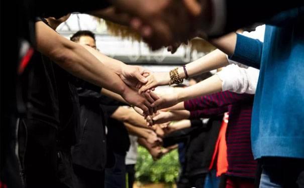 为什么提高团队凝聚力需要户外拓展训练的引导?