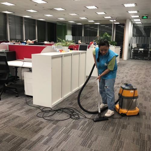 静安寺办公楼日常保洁阿姨清洁工作