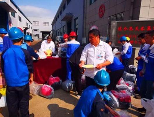 党委委员潘诗良组织公司员工为家乡灾区群众捐赠冬衣