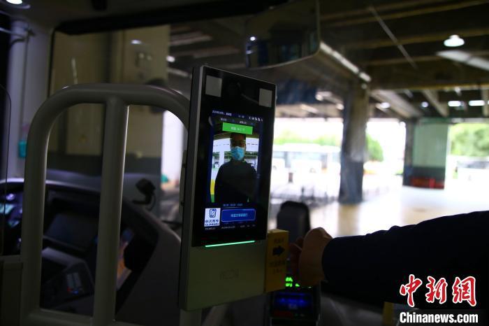 在公交车驾驶室区域附近设置了人脸测温一体机。 徐一冉 摄