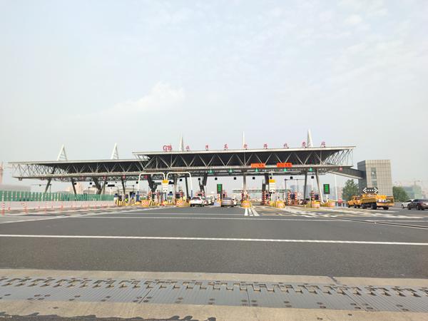 图说:G15崧泽高架路收费站 上海城投供图