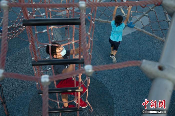 资料图:当地时间10月4日,美国北加州圣马特奥市儿童在一处游乐场玩耍。<a target='_blank' href='http://www.chinanews.com/'>中新社</a>记者 刘关关 摄