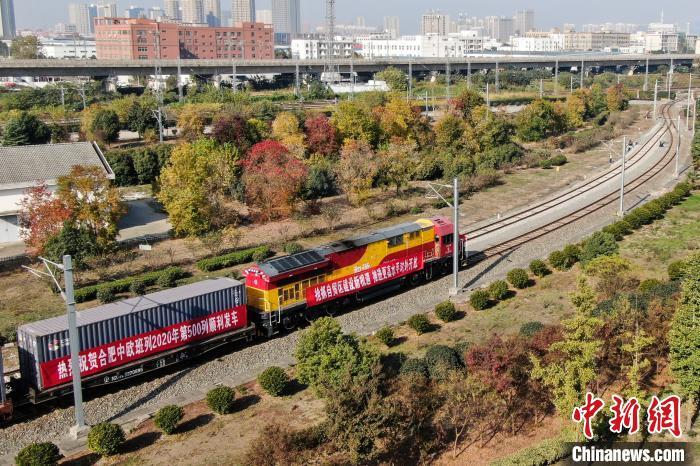 图为航拍满载88只标准箱的X8020/19次列车从合肥北站物流基地鸣笛启程,驶往德国杜伊斯堡。 张娅子 摄