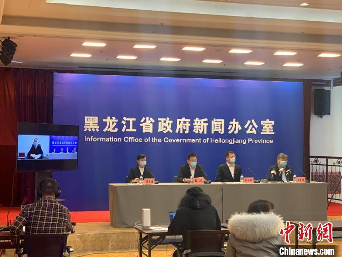 黑龙江省工信厅副厅长王冰在发布会上介绍相关情况。 史轶夫 摄