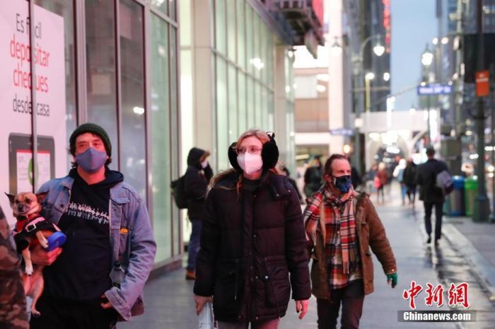 当地时间1月26日,美国纽约曼哈顿街头戴着口罩的行人。当日,美国约翰斯·霍普金斯大学*新统计数据显示,全球新冠肺炎确诊病例累计超1亿例。<a target='_blank' href='http://www.chinanews.com/'><p  align=