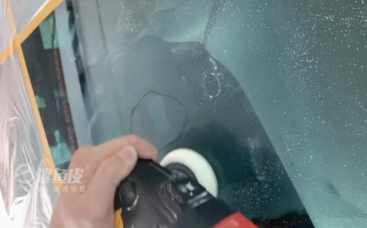 四步解决汽车挡风玻璃划痕,再也不用去4s店挨宰