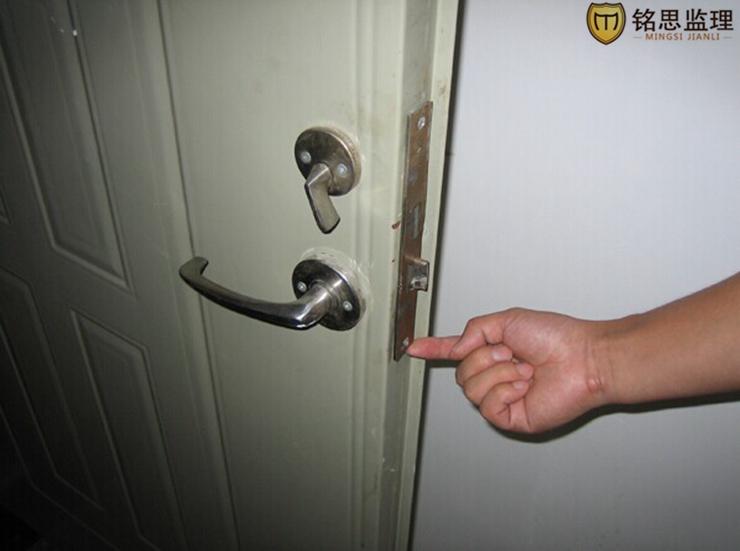 入户门锁具安装粗糙且生锈,质量不合格07.jpg