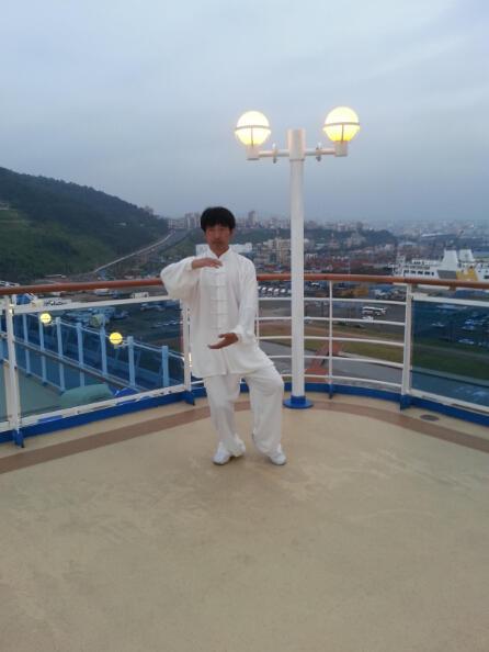 王继秀教练船上太极10.jpg