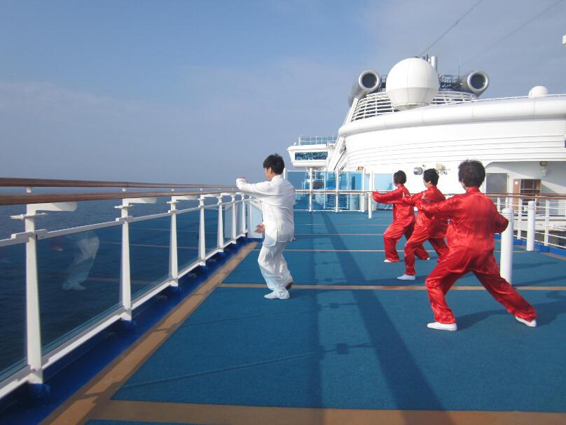 王继秀教练船上太极6.jpg