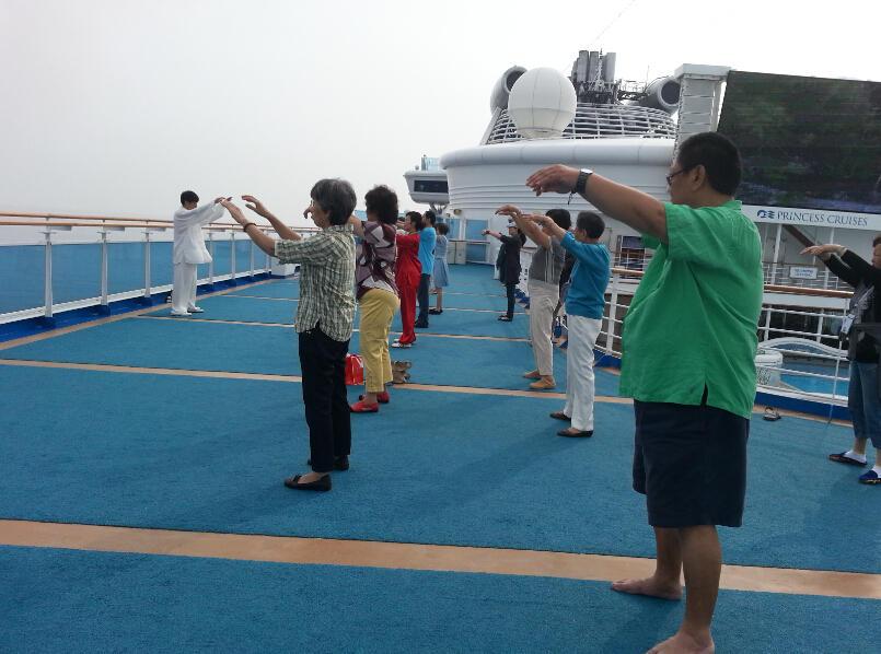 王继秀教练船上太极11.jpg