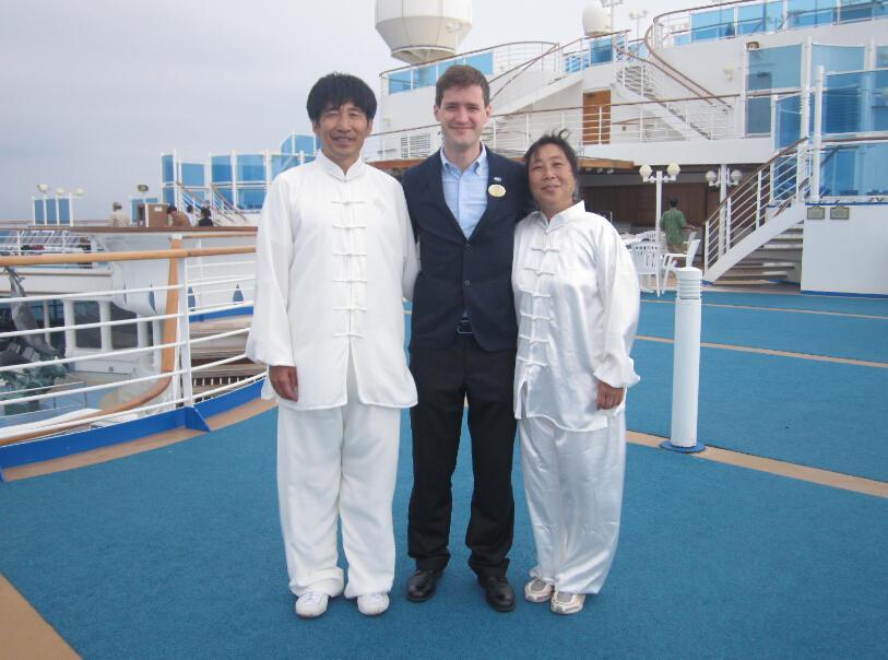 王继秀教练船上太极5.jpg