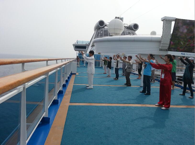 王继秀教练船上太极18.jpg