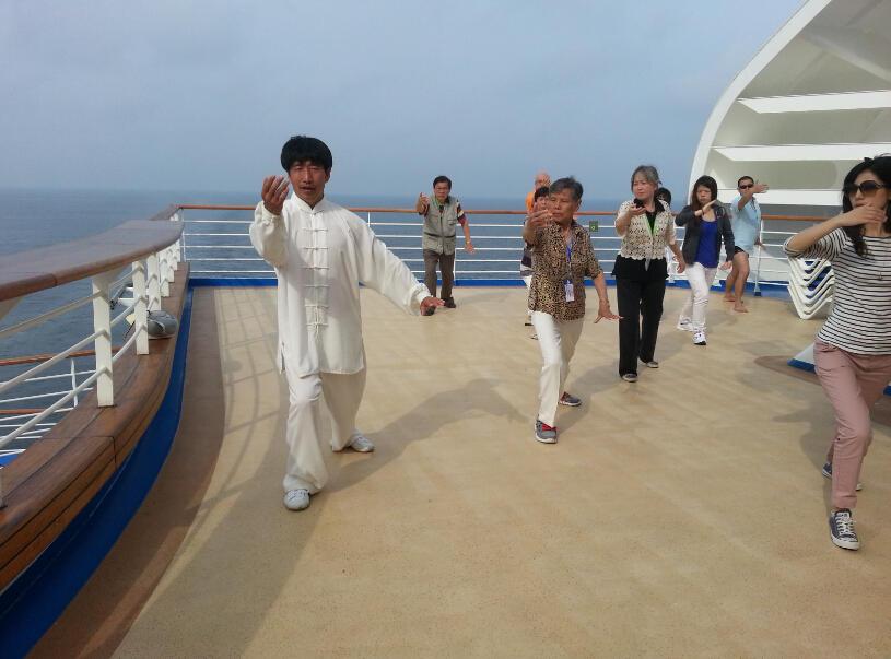 王继秀教练船上太极21.jpg