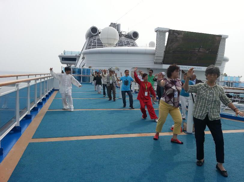 王继秀教练船上太极16.jpg