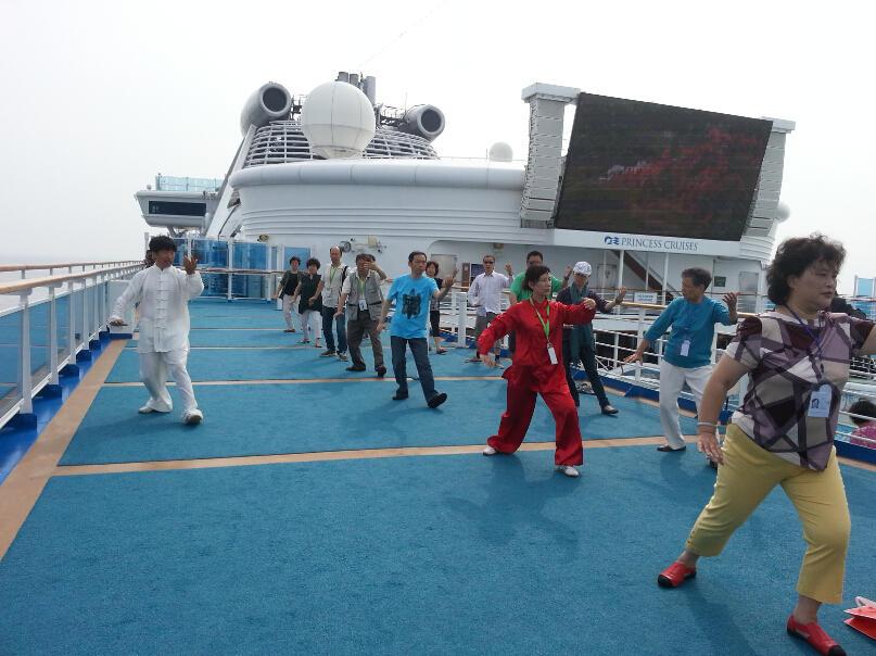 王继秀教练船上太极15.jpg