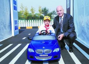 """安格先生陪伴小营员在""""安安交通学校""""中驾驶BMW迷你电动车"""