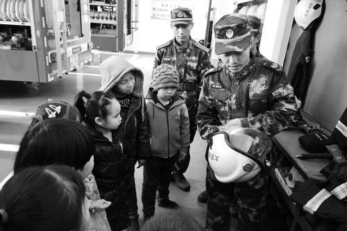 学生们正在消防支队听消防队员讲解消防器材知识