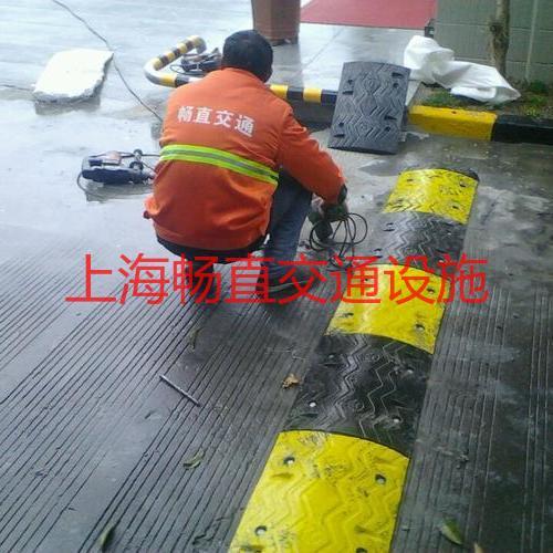 上海橡胶减速板 道路缓冲带 地面橡胶板 减速坡