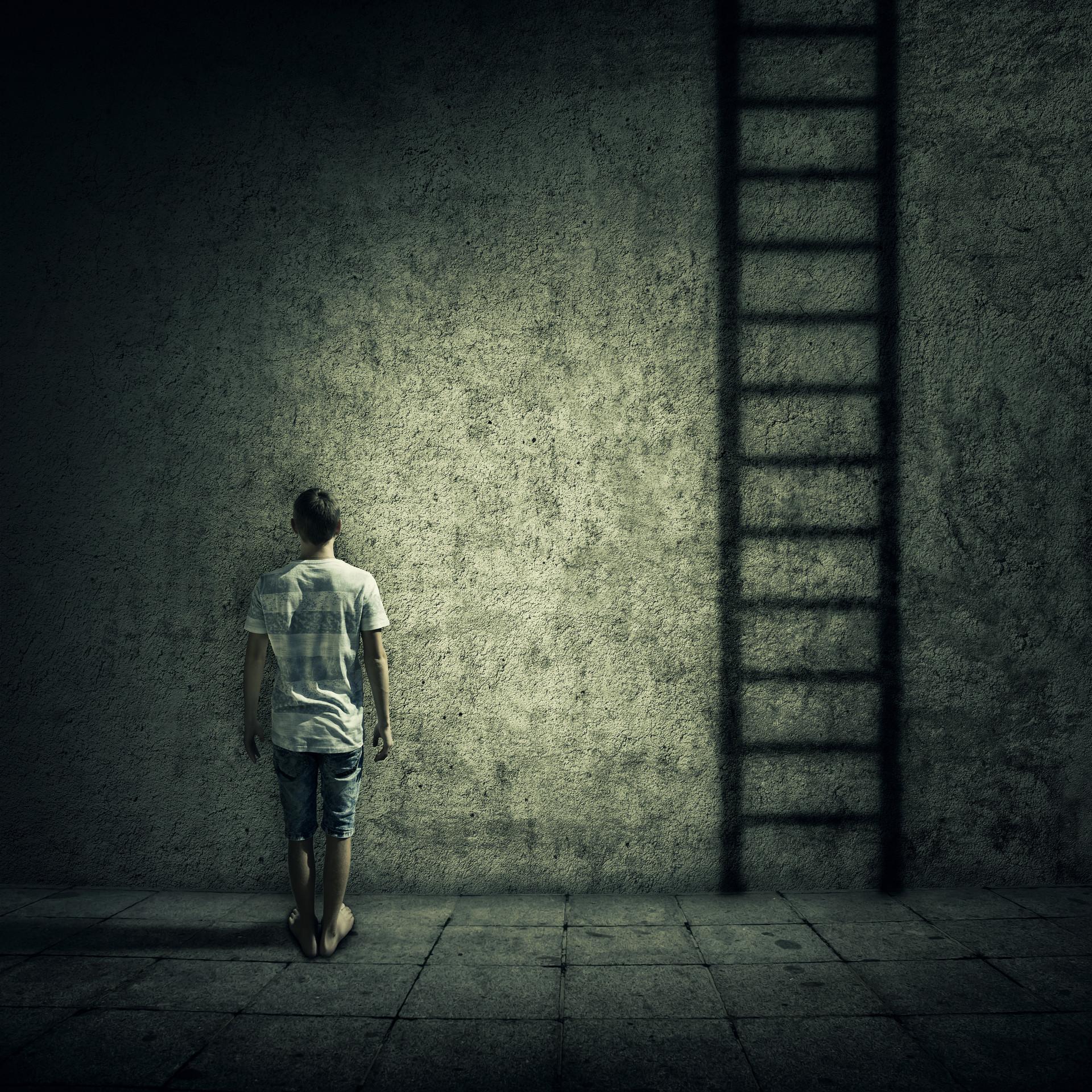 摄图网_300082000_banner_抽象的想法,个人站个黑暗的房间里,堵混凝土墙前,找了个梯子逃跑被限制所包围,日常生活(企业商用).jpg