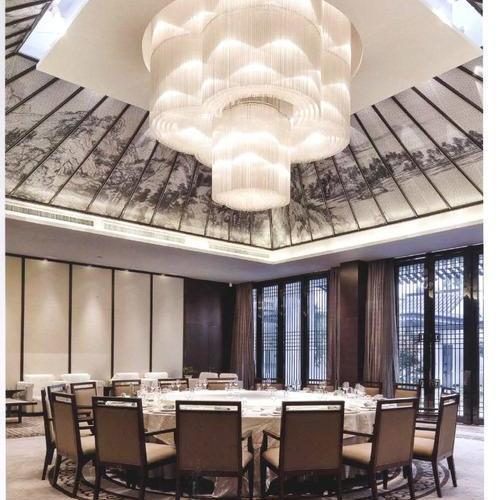 与客家文化一脉  相承的物件在这古朴的空间中悠悠不尽的餐厅装修设计
