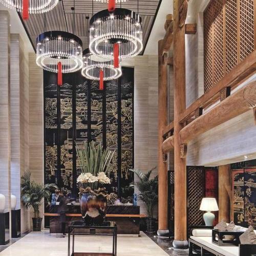 整个餐厅的照明精心设计,让直接照明、情景照  明和装饰照明相互配合成一个整体