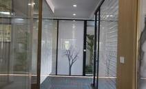 玻璃隔断的种类很多,按照不同的工艺和特点玻璃隔断的分类,那么10款高隔间玻璃隔断分别是什么呢?