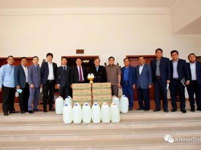曹云德勋爵拜访新闻部长乔干那烈 捐赠防疫物资
