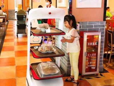 疫情推动无接触餐饮新业态 送餐机器人价值凸显