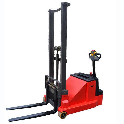 步形式全电动平衡重堆高车